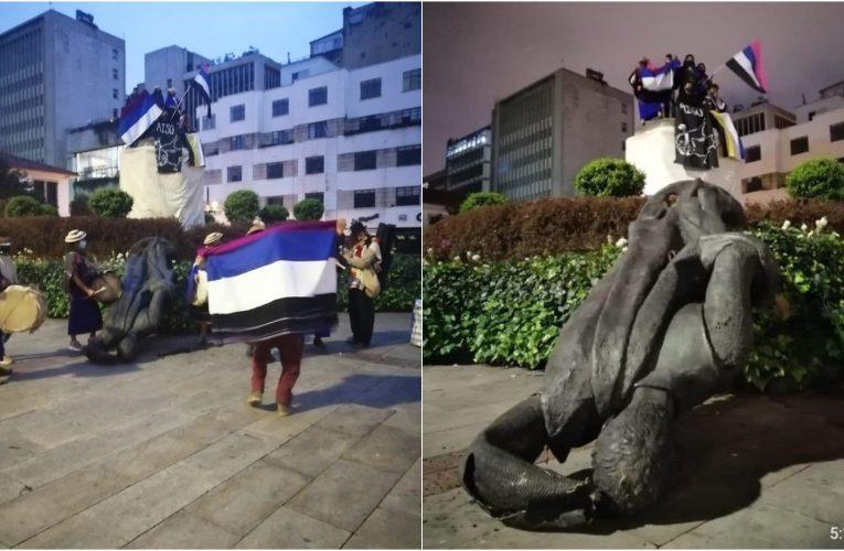 Comunidades indígenas derriban estatua de Gonzalo Jiménez de Quesada